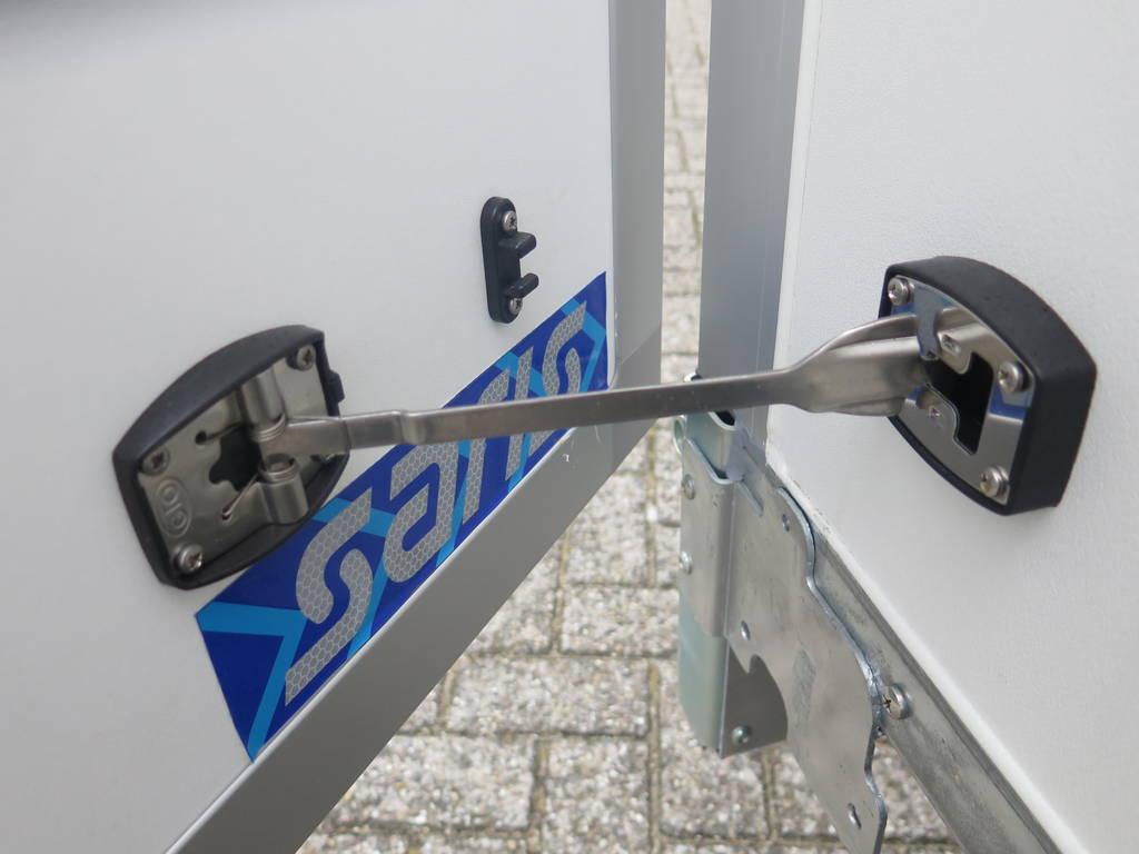 Saris gesloten aanhanger 356x169x180cm 2700kg Saris gesloten aanhanger 356x169x180cm 2700kg Aanhangwagens XXL West Brabant 2.0 deurvastzetter