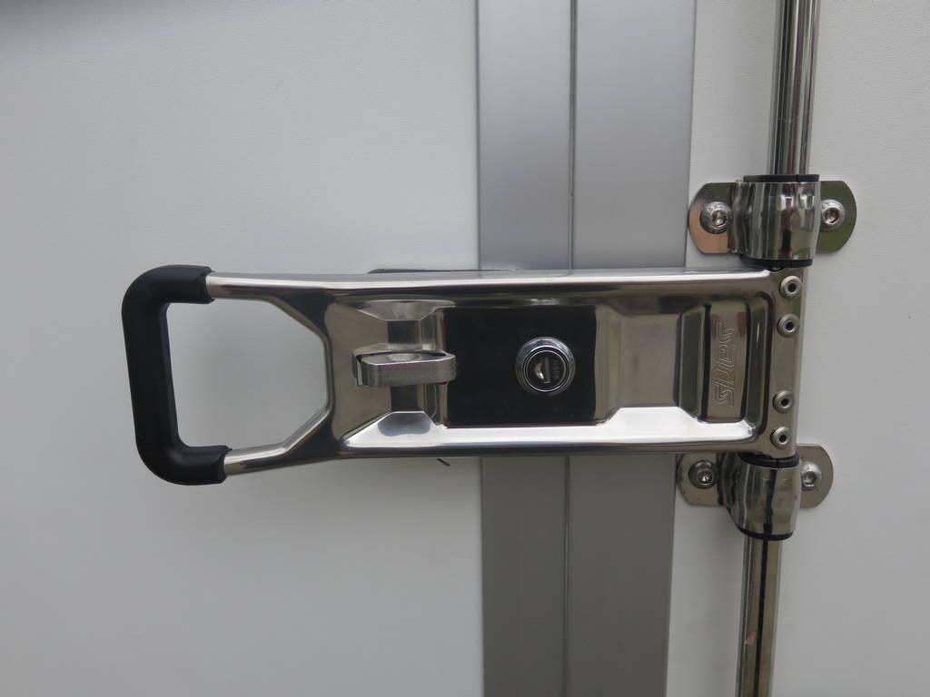 Saris gesloten aanhanger 356x169x180cm 2700kg Saris gesloten aanhanger 356x169x180cm 2700kg Aanhangwagens XXL West Brabant 2.0 sluiting