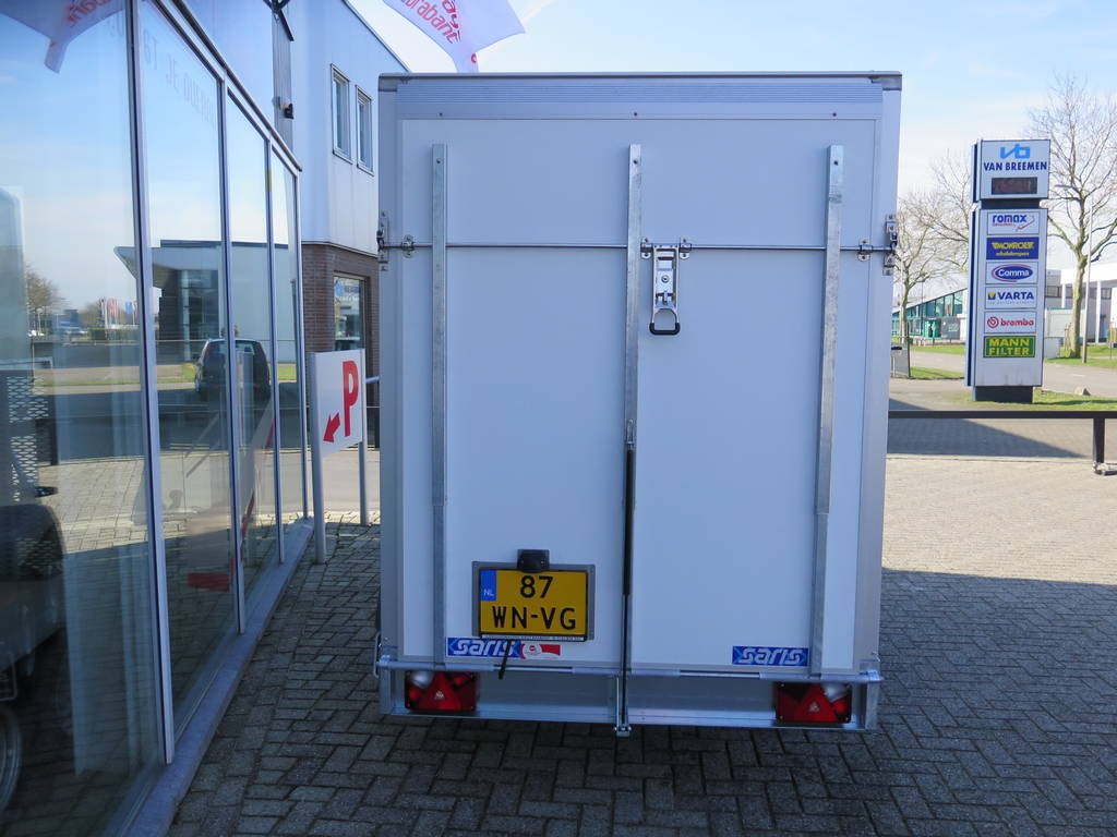 Saris gesloten 306x154x180cm met klep Aanhangwagens XXL West Brabant achter dicht